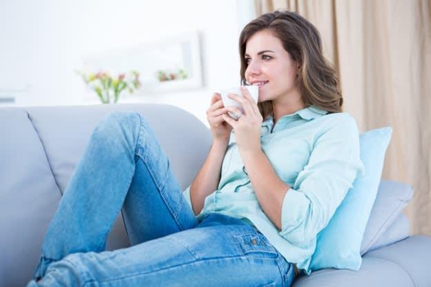 Vrouw drinkt thee op de bank
