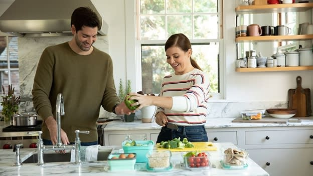 Man en vrouw bereiden gezonde maaltijd, die ze helpt bij het afvallen