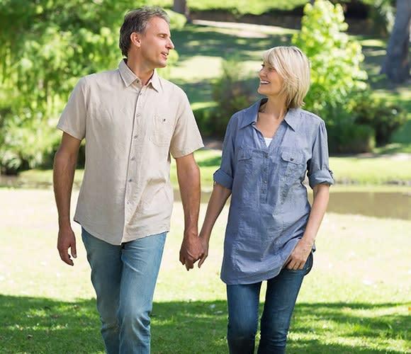 Wandelende man en vrouw