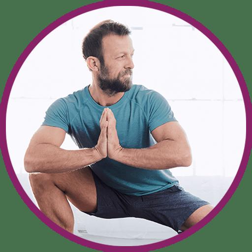 Mann mit kurzem Haar und Bart in einer Stretching-Position