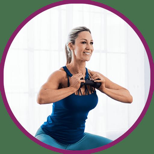 Frau mit blondem Haar und in Sportkleidung sitzt trainierend in einer halben Hocke