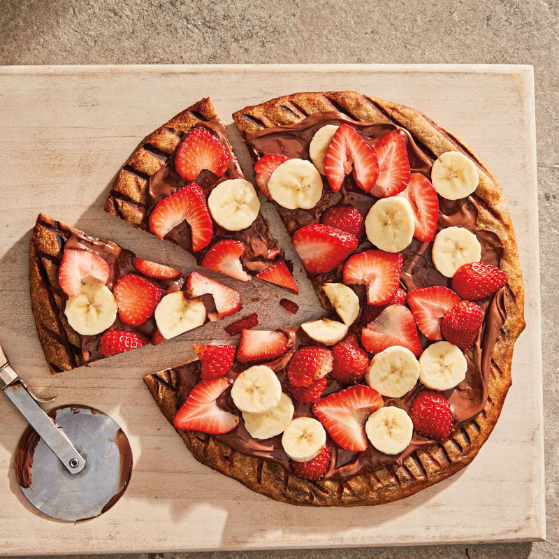 Photo of Grilled hazelnut-chocolate pizza with bananas and strawberries by WW