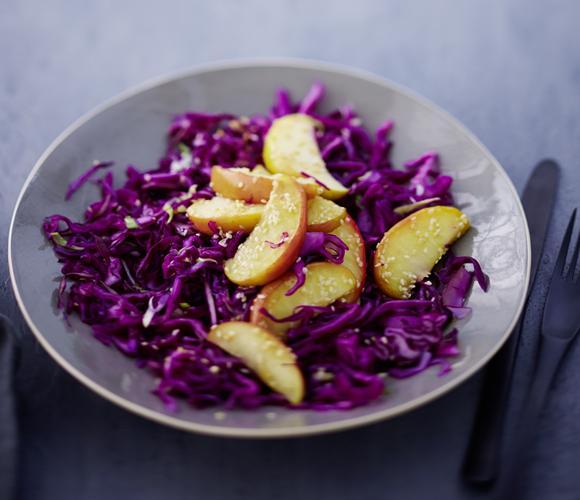 Rotkohlsalat mit gebratenem Sesamapfel