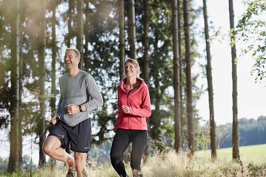 Man och kvinna motionerar