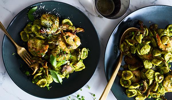 Pasta mit grünem Pesto und Hähnchen