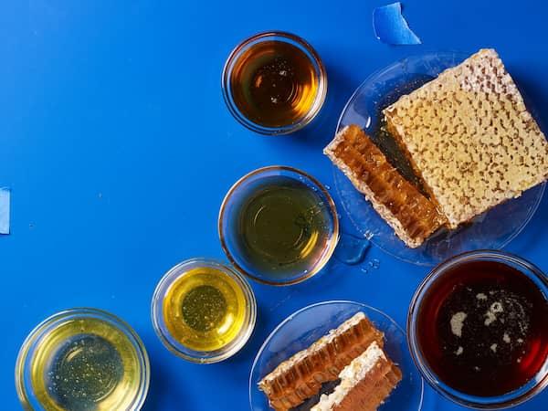 diversos substitutos do açúcar, como mel e xilitol