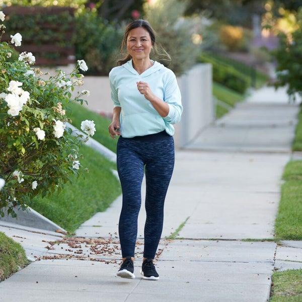 Frau mit asiatischer Herkunft beim Walking im Freien