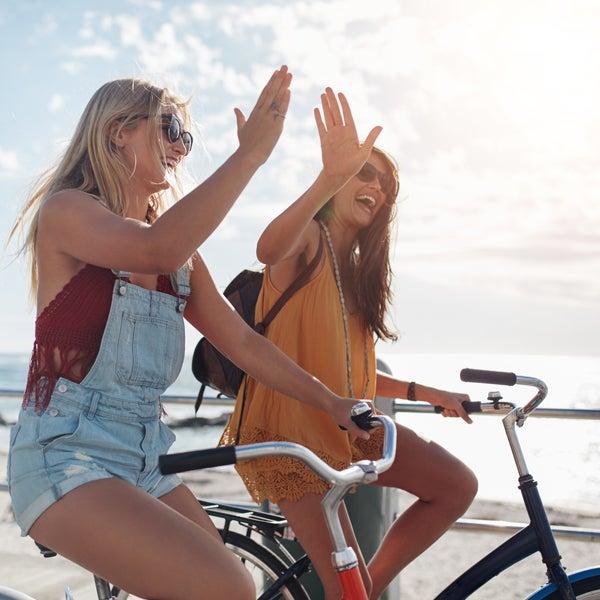 Zwei junge Frauen fahren Fahrrad