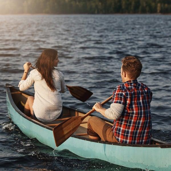 Mann und Frau fahren Kanu auf einem See