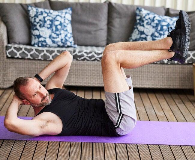 Ein Mann macht Sportübungen.