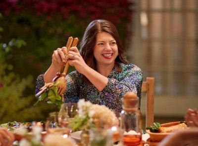 kvinna äter middag