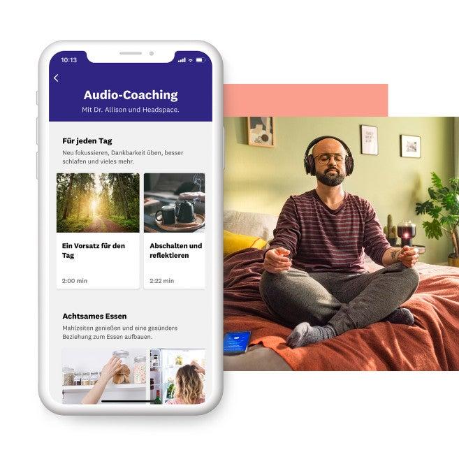 Mann sitzt mit Kopfhörern auf dem Bett und hört ein Audio-Coaching